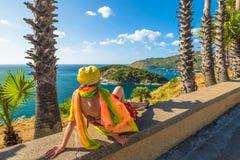 Turista al punto di vista del capo di Phromthep Immagine Stock