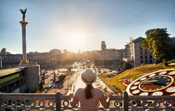 Turista al quadrato di indipendenza a Kiev immagini stock