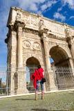 Turista all'arco di Constantine a Roma immagine stock libera da diritti