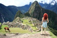 Turista alla città persa di Machu Picchu - il Perù Fotografia Stock