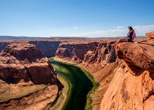 Turista alla curvatura a ferro di cavallo sul fiume Colorado Fotografia Stock