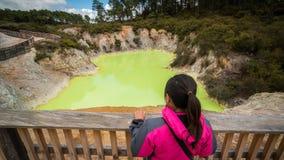 Turista allo stagno della caverna del ` s del diavolo nel Distretto di Rotorua fotografia stock