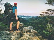 Turista alto com a trouxa grande que olha no mapa de papel Parque natural montanhoso selvagem  fotos de stock royalty free