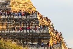 Turista ammucchiato al tempio di Shwesandaw al sito archeologico di Bagan, Myanmar Immagini Stock Libere da Diritti
