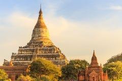 Turista ammucchiato al tempio di Shwesandaw al sito archeologico di Bagan, Myanmar Immagine Stock