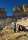Turista ao lado de uma barraca antes de uma porta La Breche de Roland, Pyrenees imagem de stock