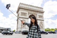 Turista asiático atrativo novo em Paris que toma o selfie Fotos de Stock Royalty Free