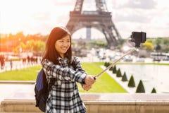 Turista asiático atrativo novo em Paris que toma o selfie foto de stock