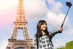 Turista asiático atrativo novo em Paris que toma o selfie foto de stock royalty free
