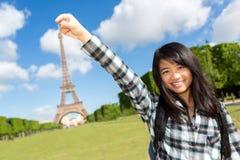 Turista asiático atrativo novo na frente da torre Eiffel imagens de stock royalty free