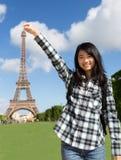 Turista asiático atrativo novo na frente da torre Eiffel fotografia de stock