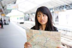 Turista asiático atrativo novo perdido em Paris foto de stock royalty free