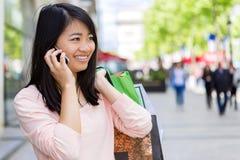 Turista asiático atrativo novo que faz a compra em Paris Foto de Stock
