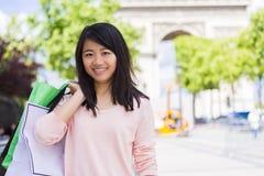 Turista asiático atrativo novo que faz a compra em Paris Fotografia de Stock Royalty Free