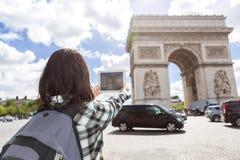 Turista asiático atrativo novo que toma imagens em Paris foto de stock