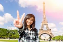 Turista asiático atrativo novo que visita Paris imagem de stock royalty free