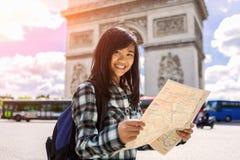 Turista asiático atrativo novo que visita Paris foto de stock