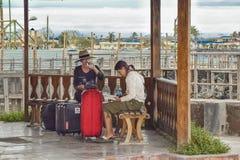 Turista asiático das mulheres que descansa no passeio à beira mar, Galápagos, Equador foto de stock royalty free