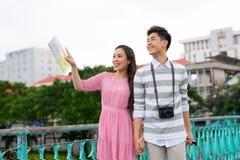 Turista asiático feliz joven de los pares gozar en traveli de las vacaciones de verano fotos de archivo libres de regalías