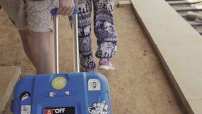 Turista asiático joven dos con la estación que espera y que camina del equipaje de tren almacen de video