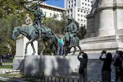 Turista asiático que toma fotos na estátua de Don Quixote Foto de Stock