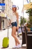 Turista atrativo da mulher com a mala de viagem que relaxa após a viagem Fotografia de Stock