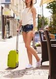 Turista atrativo da mulher com a mala de viagem que relaxa após a viagem Imagem de Stock Royalty Free