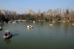 Turista in barche sul lago fotografia stock