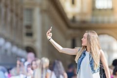 Turista bastante joven que toma un selfie con su teléfono móvil en el MI Imagen de archivo libre de regalías