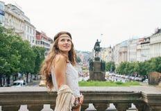 Turista boêmio feliz da mulher que sightseeing em Praga Fotografia de Stock