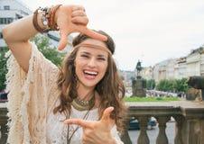 Turista bohemio feliz de la mujer que enmarca con las manos en Praga Imagen de archivo libre de regalías