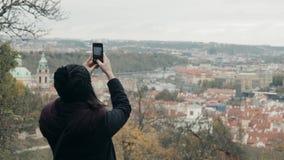 Turista bonito da jovem mulher em Praga, fazendo Selfie ou tomando a foto com seu telefone celular, conceito de viagem Fotos de Stock