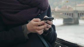 Turista bonito da jovem mulher em Praga usando seu Smartphone, conceito de viagem Fotografia de Stock Royalty Free