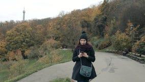 Turista bonito da jovem mulher em Praga usando seu Smartphone, conceito de viagem Imagem de Stock Royalty Free