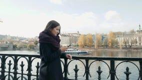 Turista bonito da jovem mulher em Praga usando seu Smartphone, conceito de viagem Imagens de Stock Royalty Free