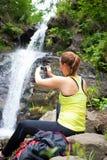 Turista bonito da jovem mulher que toma uma foto fotografia de stock