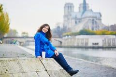 Turista bonito em Paris em um dia da queda Imagem de Stock