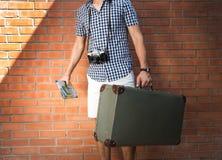 Turista, camminante giù la via, Fotografia Stock Libera da Diritti
