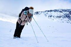 Turista cansado que descansa durante um inverno que caminha na montanha de Khibiny Fotos de Stock