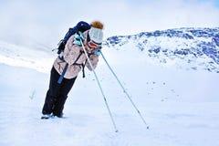 Turista cansado que descansa durante um inverno que caminha na montanha de Khibiny Imagens de Stock