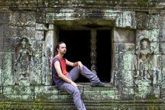 Turista caucásico en wat del angkor Imagen de archivo