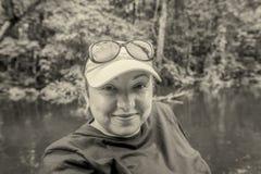 Turista caucasico su una canoa, Sudamerica della donna immagini stock