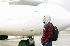 Turista cerca del avión Imagenes de archivo