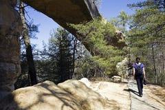 Turista che cammina dal ponticello naturale Fotografia Stock Libera da Diritti