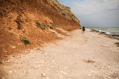 Turista che cammina sulla spiaggia Fotografie Stock Libere da Diritti