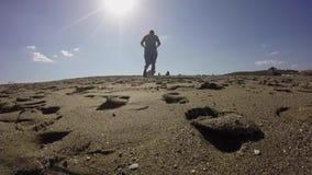 Turista che cammina sulla spiaggia archivi video