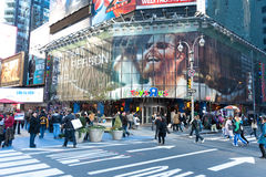 Turista che cammina in Times Square Fotografia Stock