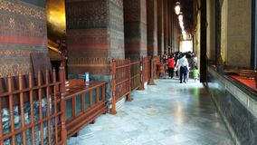 Turista che cammina in Wat Pho a Bangkok, Tailandia archivi video