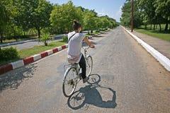 Turista che cicla nel Myanmar immagini stock