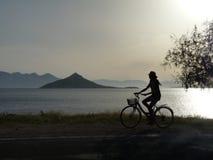 Turista che cicla nella sera Fotografie Stock Libere da Diritti
